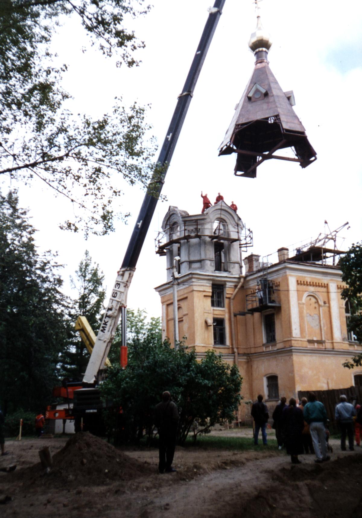Церковь в городе Колпино. подъем купола. Севзапстальконструкция. строительство.