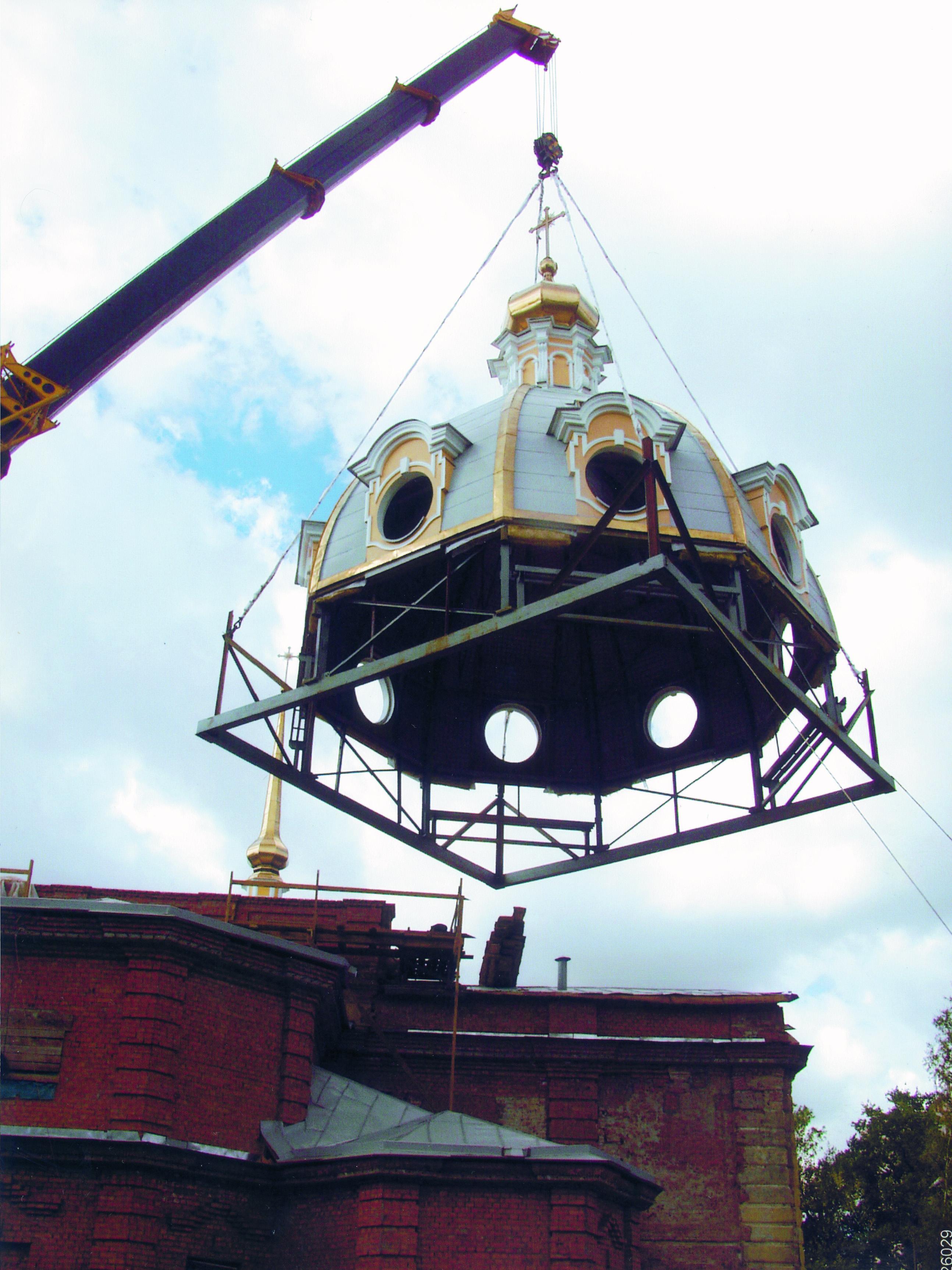 Церковь Святой Троицы в Красном селе. установка купола. Севзапстальконструкция. 2002 год